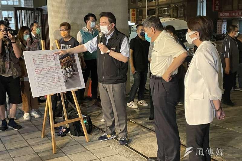 柯文哲13日晚間前往萬華區龍山國中,視察防疫清消。(方炳超攝)