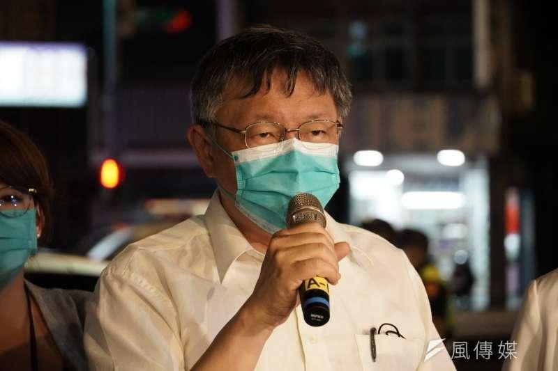 柯文哲13日在北市萬華龍山國中視察防疫清消後接受訪問。(方炳超攝)