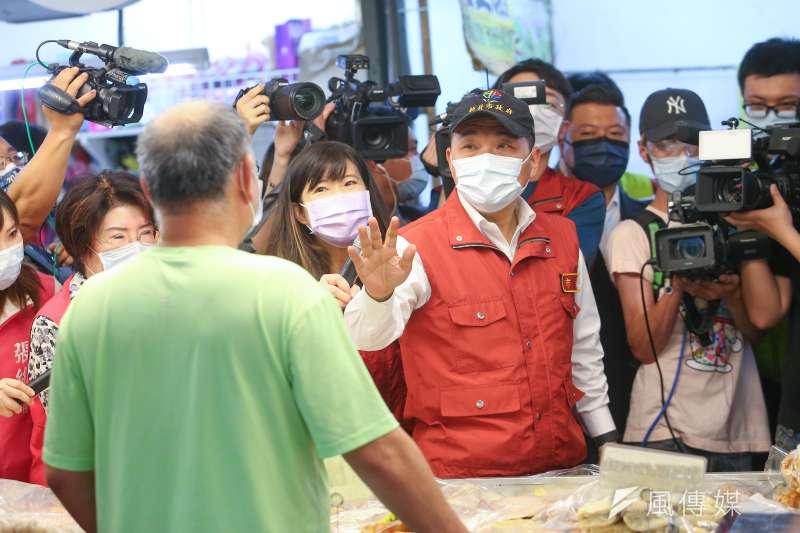 新北市長侯友宜13日視察中和枋寮市場,並請店家、民眾落實防疫需求戴好口罩。(顏麟宇攝)