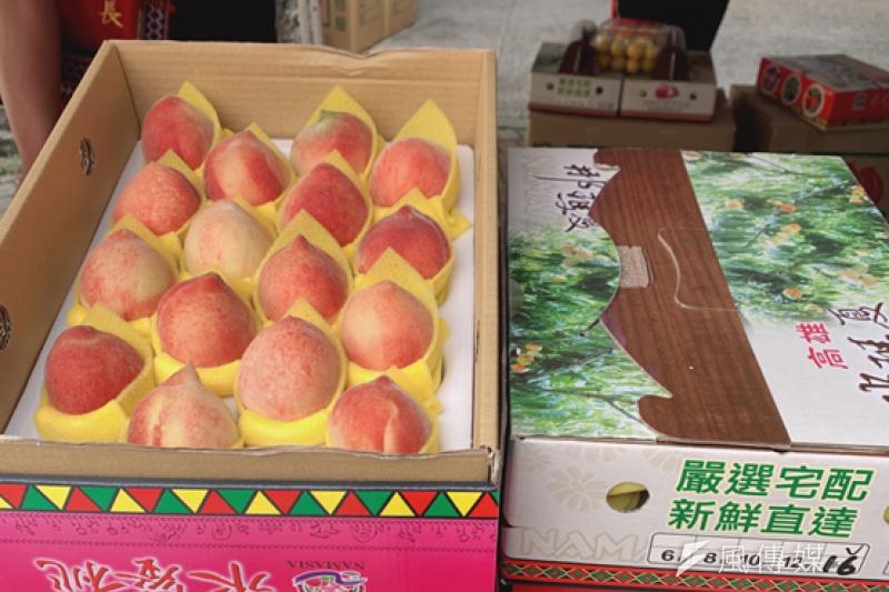 受旱災影響,造成汁多味美的那瑪夏水蜜桃果粒偏小,16粒裝禮盒規格成為今年那瑪夏水蜜桃最大宗產量。(圖/徐炳文攝)