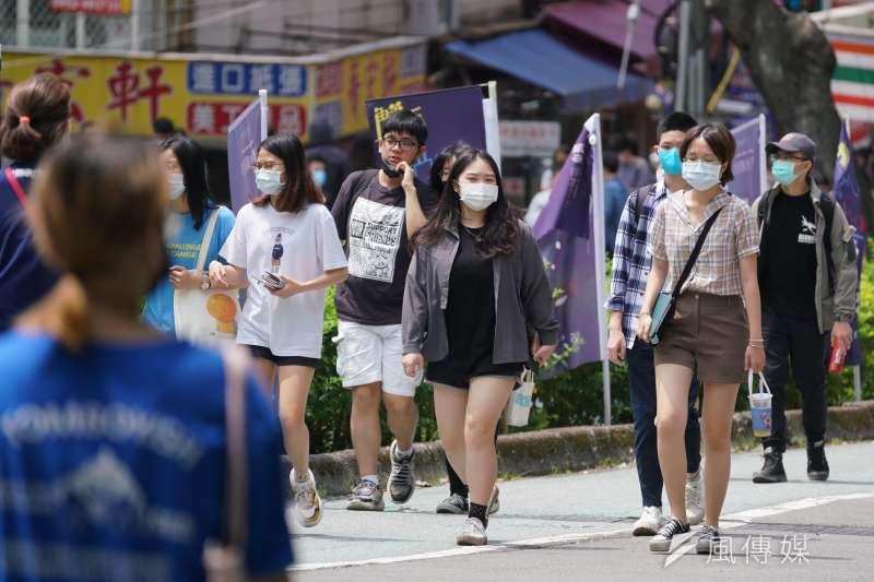 20210514-大學校園防疫升級,學生入校都戴上口罩。(盧逸峰攝)