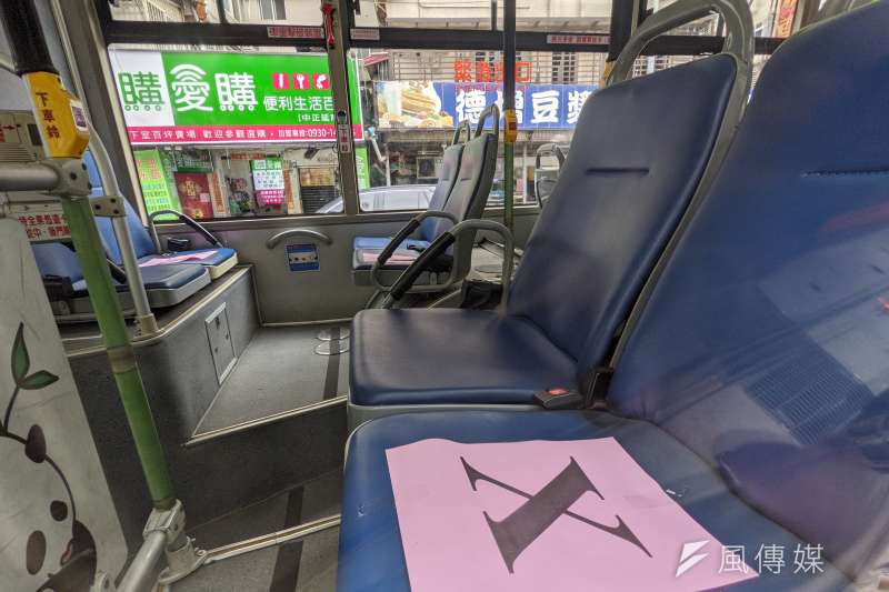 20210514-北市聯醫和平院區醫護同仁14日搭乘防疫巴士赴防疫旅館隔離。(顏麟宇攝)