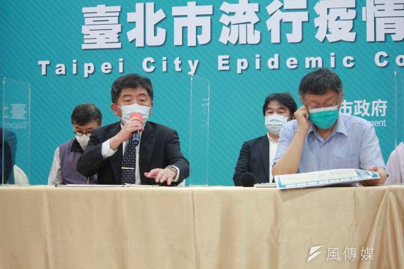 20210514-針對萬華疫情,台北市長柯文哲(右)和疫情指揮官陳時中(左)14日共同召開記者會。(方炳超攝)