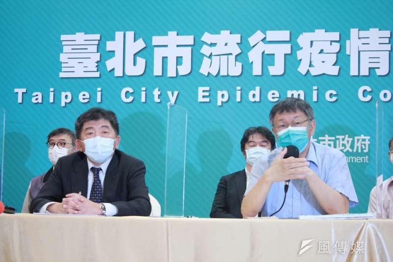 《網路溫度計》統計指出,台北市長柯文哲(左起)聲量一甩指揮官陳時中,率先停課、徵召退休醫護等措施,讓柯文哲聲量持續超車。(資料照,方炳超攝)