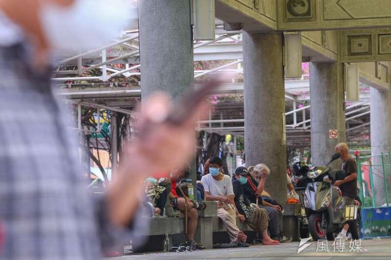 台北市社會局表示,經訪問艋舺公園105名街友,其中4人涉染疫足跡,已送往忠孝醫院採檢。示意圖,非關新聞個案。(顏麟宇攝)