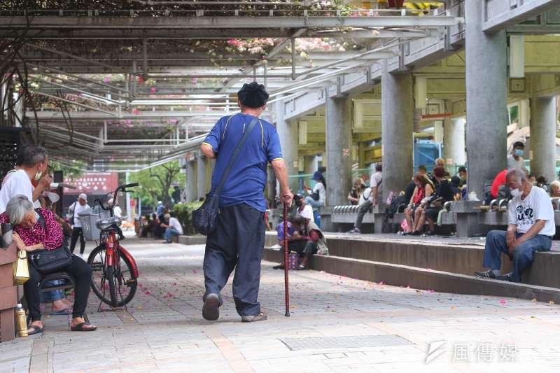 萬華捷運站的街友遊民。(資料照,顏麟宇攝)