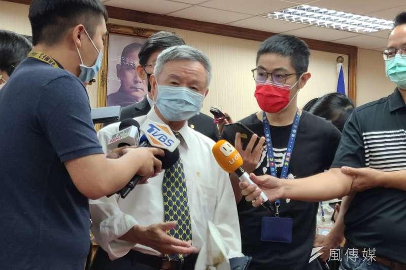 前衛生署長楊志良(左二)參與聯亞疫苗第二劑臨床試驗後,在未確定自己是打疫苗或是安慰劑的情況下,已於6月接種AZ疫苗,搶先進行混打。(資料照,潘維庭攝)