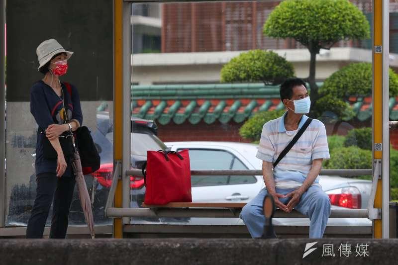 英國變種病毒在台灣引起本土疫情,同時要防範更強勢的印度變種病毒,圖為防疫三級警戒,民眾出門必須全程配戴口罩。(顏麟宇攝)