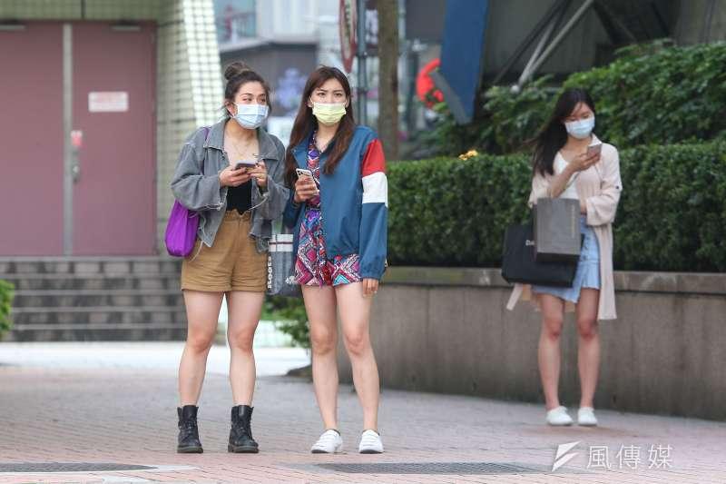 南韓日前出現新冠肺炎超級傳播者到咖啡廳用餐2小時,讓店內所有的顧客都被傳染,唯獨店員們因為戴口罩、勤洗手而平安無事。示意圖。(資料照,顏麟宇攝)