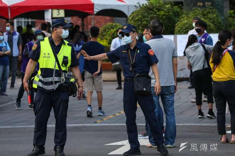 20210515-國中教育會考,警察協助疏導交通。(顏麟宇攝)