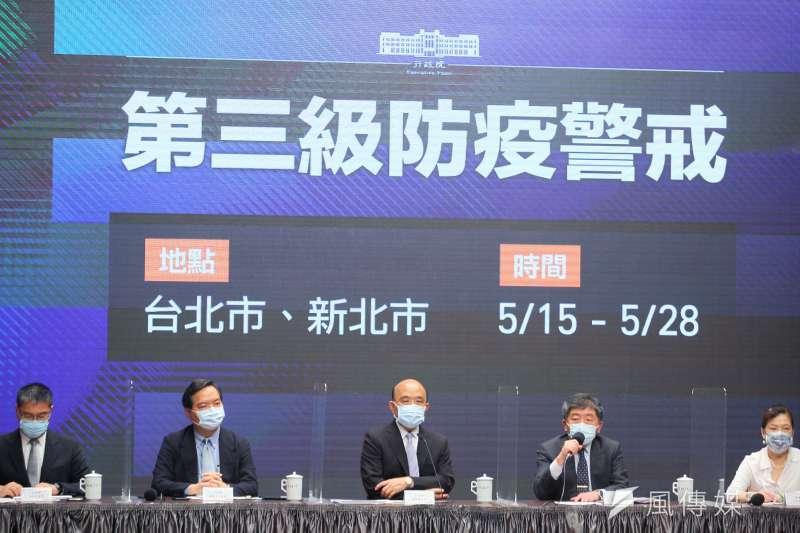 行政院長蘇貞昌(中)、衛福部長陳時中(右二)等人15日召開記者會宣布雙北即刻進入第三級防疫警戒狀態。(顏麟宇攝)