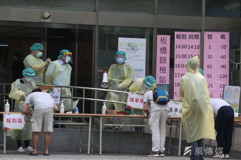 一隻英國變種病毒,戳破了台灣對新冠肺炎「超前部署」的假象,圖為新北市聯合醫院板橋院區快篩站。(柯承惠攝)