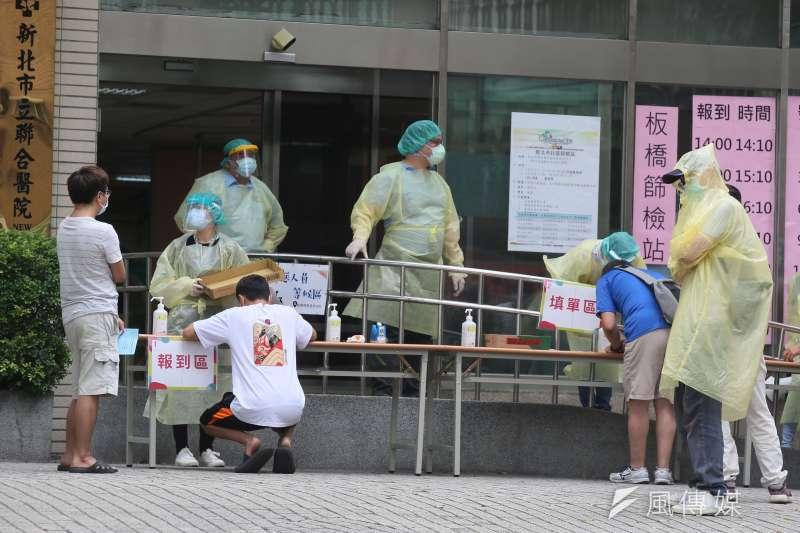 台灣民意基金會最新民調顯示,有7成民眾認為這波新冠肺炎疫情是可避免的人禍。圖為新北市聯合醫院板橋院區快篩站。(資料照,柯承惠攝)