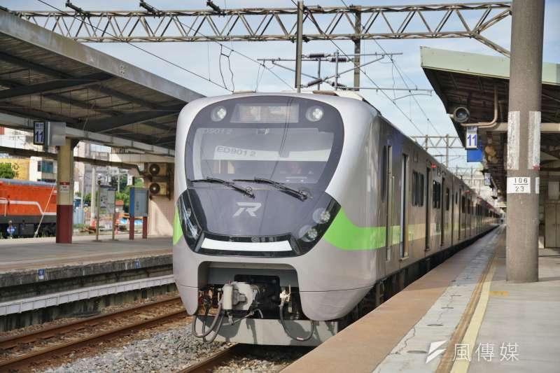 本土疫情升溫,台鐵宣布旅客即日起不得持電子票證搭乘對號自強號等列車,並增開區間快車供旅客分流搭乘,由EMU900值勤。(盧逸峰攝)