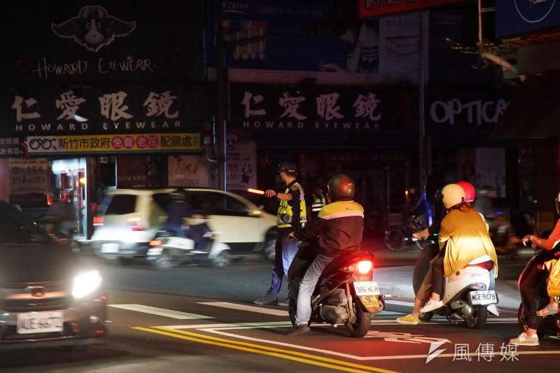 517停電,興達電廠機組故障造成全台分區停電,新竹市一處路口因停電號誌故障,警察出動至路口交管。(盧逸峰攝)