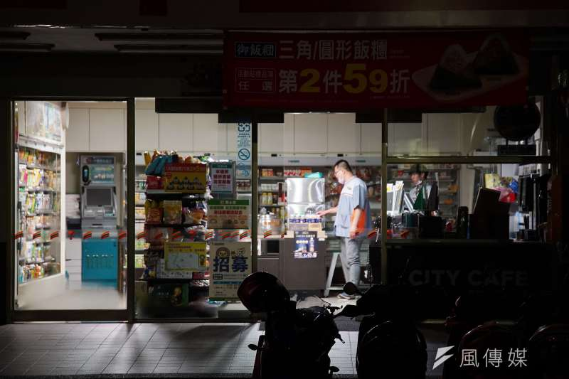 517停電,興達電廠機組故障造成全台分區停電,超商被迫暫停營業。(盧逸峰攝)