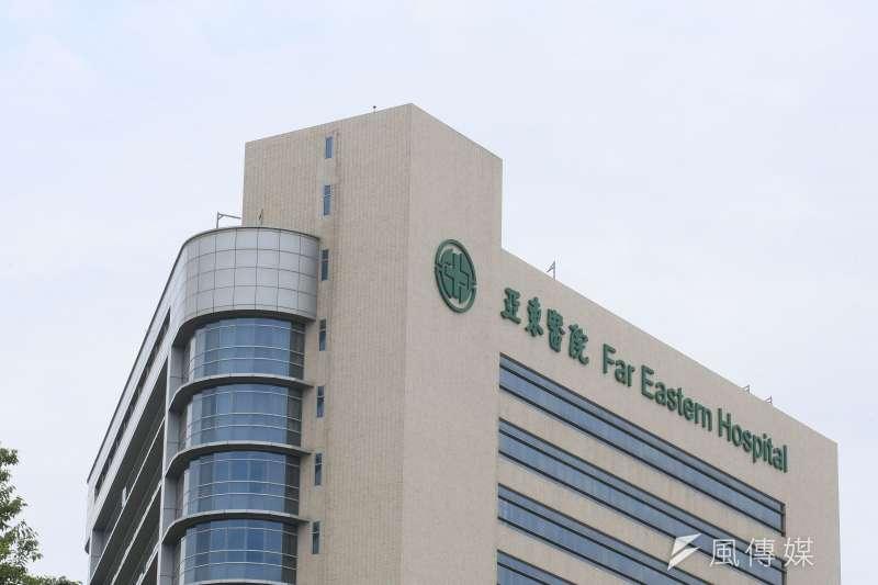 亞東醫院說明,10日由急診收治一名新北市居民,住院後於12日開始發燒,13日詢問家屬得知病人曾出入萬華茶藝館,立即進行PCR篩檢,14日確診為陽性個案。(柯承惠攝)