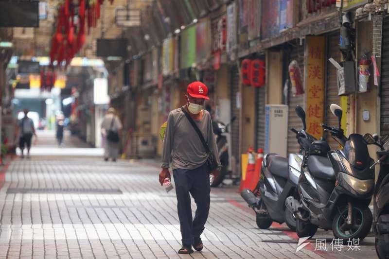 日前指揮中心針對萬華和板橋地區,將部分民眾在健保卡上註記為疫情高風險族群,然而此舉引起法律界人士質疑恐違反通訊保障和監察法。(資料照,顏麟宇攝)