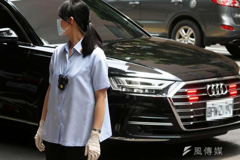 部分負責總統維安的特勤人員,除口罩外,還戴上醫用手套。(蘇仲泓攝)