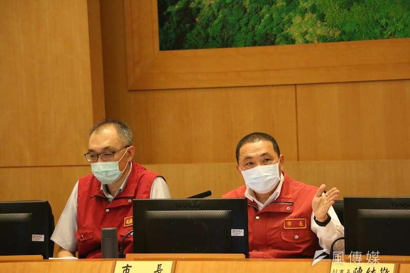 20日新北確診人數比19日還多,侯友宜(右)認為疫情仍然嚴峻。(資料照,李梅瑛攝)