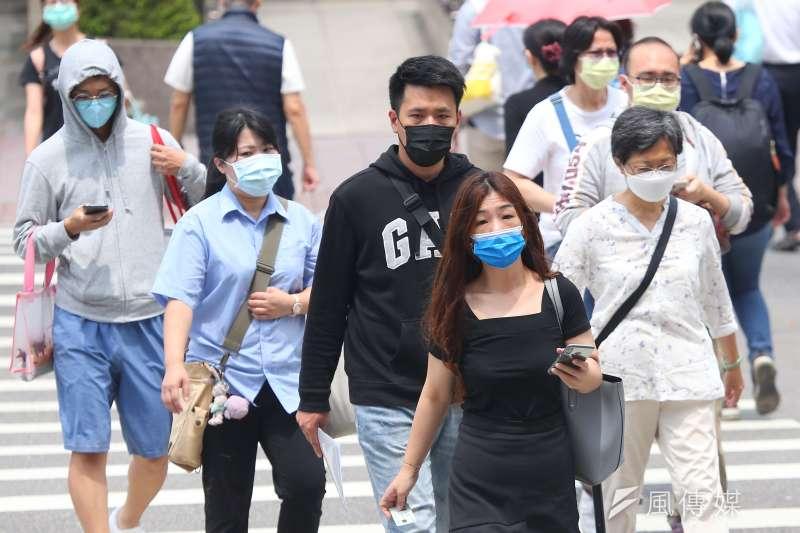 疫情升溫,若在路上遇到沒戴口罩的人要如何友善勸導?(圖/顏麟宇攝)