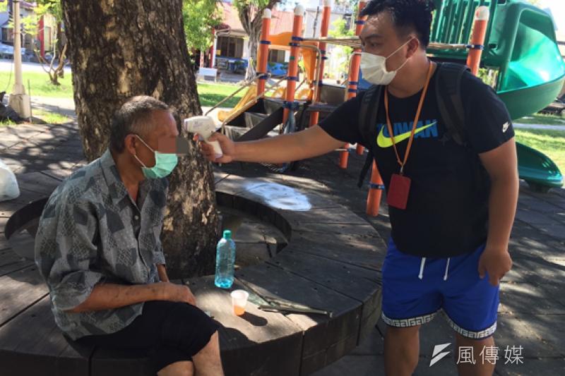 社工協助街友量測額溫並登記資料及健康管理,如遇有發燒狀況就立即協助就醫。(圖/徐炳文攝)