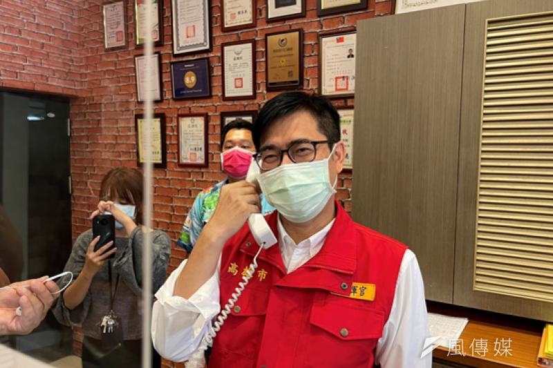 高雄市長陳其邁以電話關心防疫旅館入住民眾,並感謝其配合防疫作業。(圖/徐炳文攝)