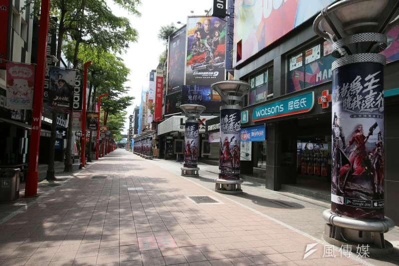 全台疫情三級警戒,假日外出民眾明顯減少,台北市西門町商圈街道冷清。(資料照,柯承惠攝)