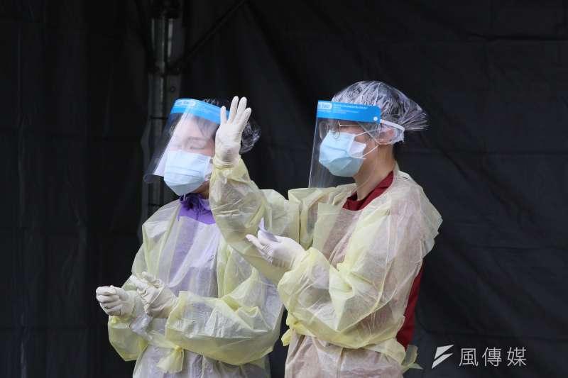 新北市立聯合醫院三重院區啟用「社區快篩站」,醫護人員忙著篩檢作業。(資料照,柯承惠攝)