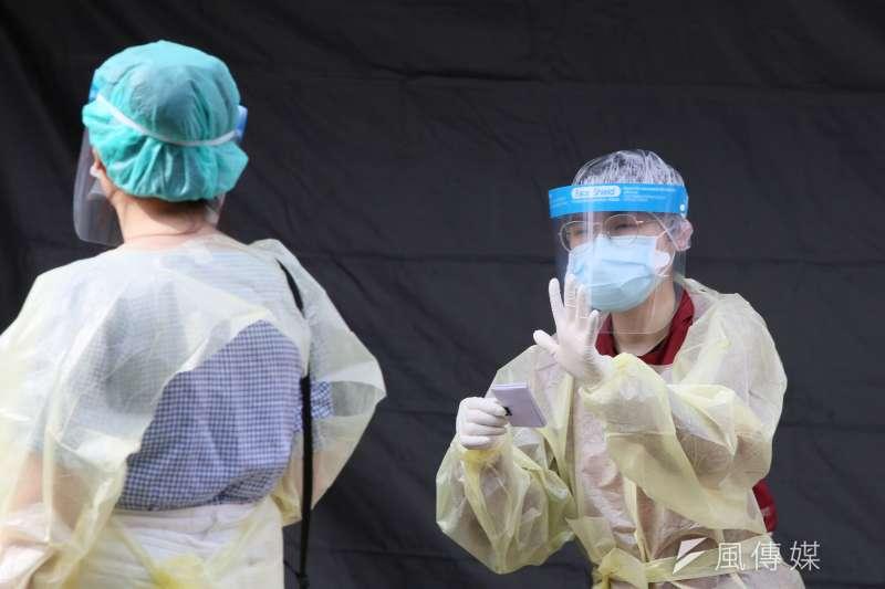 20210522-新北市立聯合醫院三重院區「社區快篩站」22日啟用,醫護人員忙著篩檢作業。(柯承惠攝)