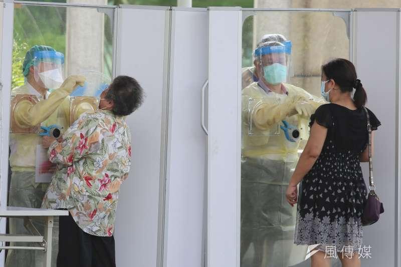 曾任衛生署長的嘉義市前市長的涂醒哲表示,疫情已見曙光。圖為醫護人員為民眾篩檢。(柯承惠攝)