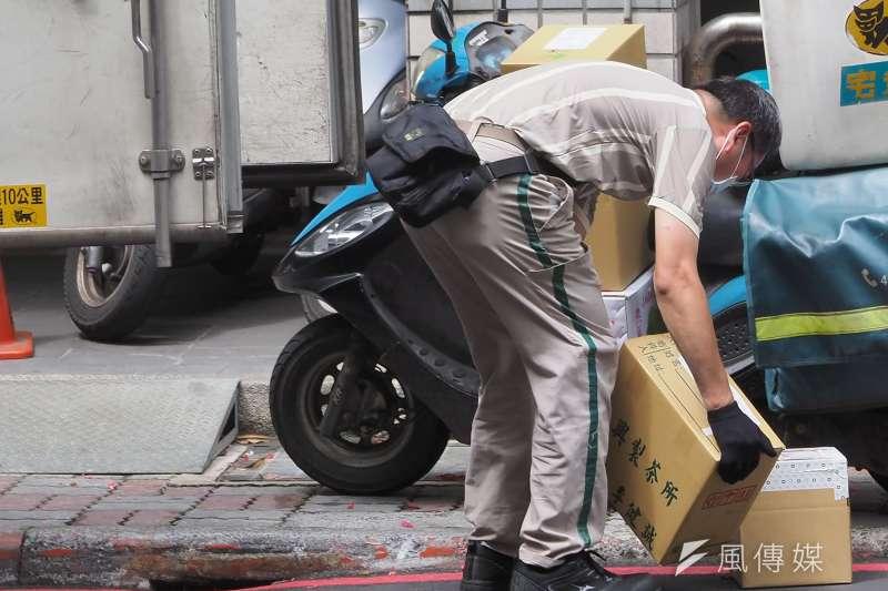 全國防疫三級警戒持續,勞動部今(8)日宣布鬆綁4行業輪班間隔至8小時,49萬人將受影響。(示意圖/資料照)
