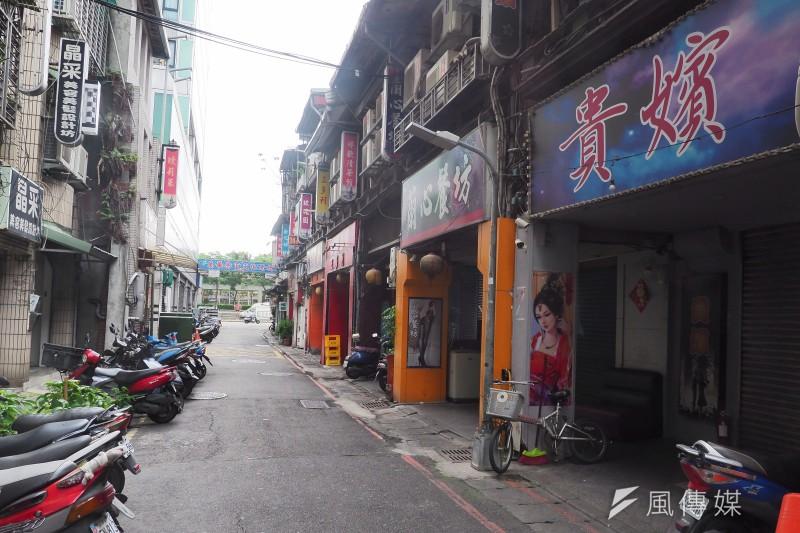 台灣5月爆發本土疫情,北市府當時下令萬華茶室街全數停業。(資料照,柯承惠攝)