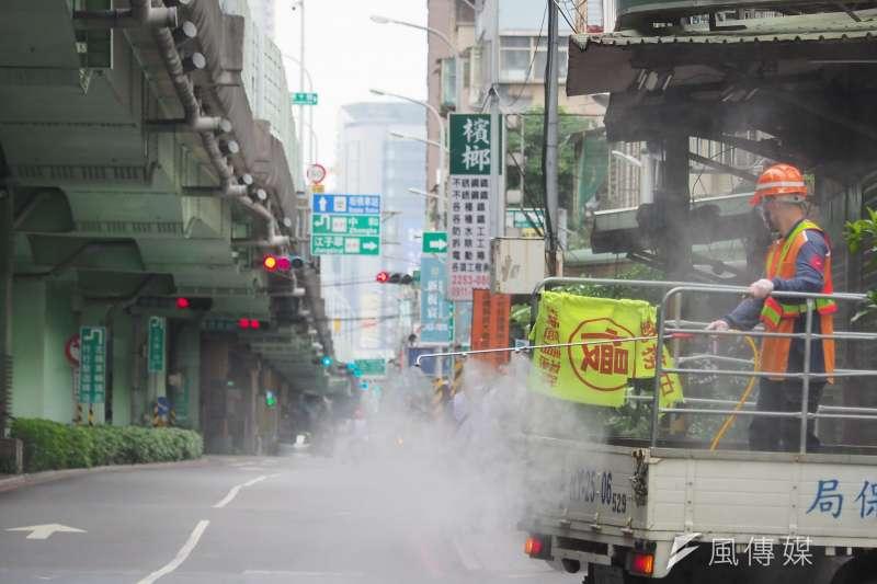 本土疫情嚴峻,財信傳媒董事長謝金河示警,倘若台灣進入封城階段,經濟恐直接躺平。圖為環保局人員進行消毒作業。(資料照,柯承惠攝)