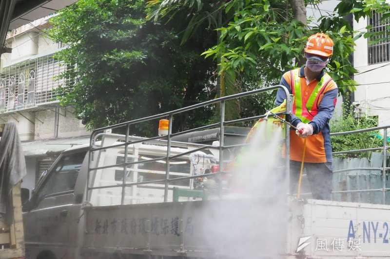 20210525-新北市強化三級防疫措施,在板橋、中和、三重等行政區陸續成立熱區防疫中心,以防堵疫情。圖為環保局人員在板橋防疫中心周遭進行消毒作業。(柯承惠攝)