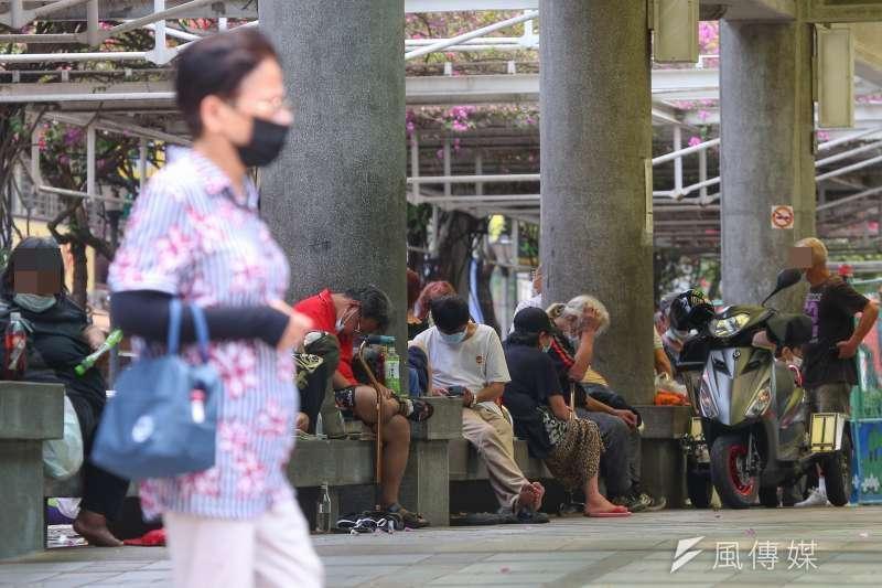 20210514-萬華捷運站,龍山寺前廣場,街友遊民,口罩。(顏麟宇攝)