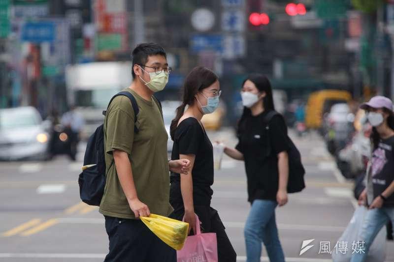 日子依然得過,等待疫苗抵達台灣前的這段期間,只能先土法煉鋼,靠「少群聚、戴口罩、勤洗手、落實社交距離、吃好、睡飽」六大法寶金剛護體!(顏麟宇攝)