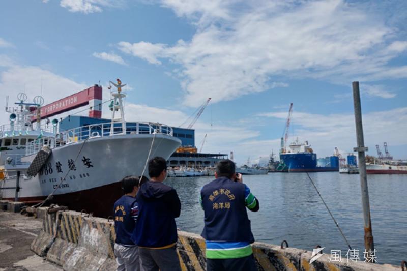 稽查人員巡視小港臨海村漁港,積極嚇阻不法行為,第一時間防堵污染事件發生。(圖/徐炳文攝)