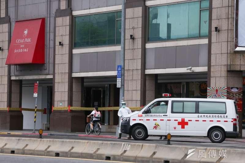 20210529-北市防疫旅館,凱撒大飯店,救護車救護員。(顏麟宇攝)