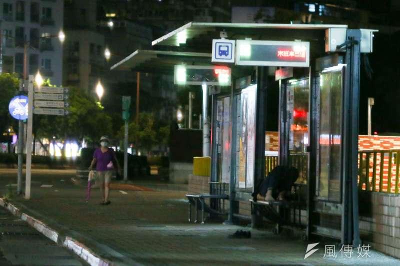 20210529-萬華街友遊民橫躺於公車站牌休息。(顏麟宇攝)