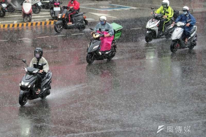 受梅雨鋒面影響,台灣各地陸續下雨。(柯承惠攝)