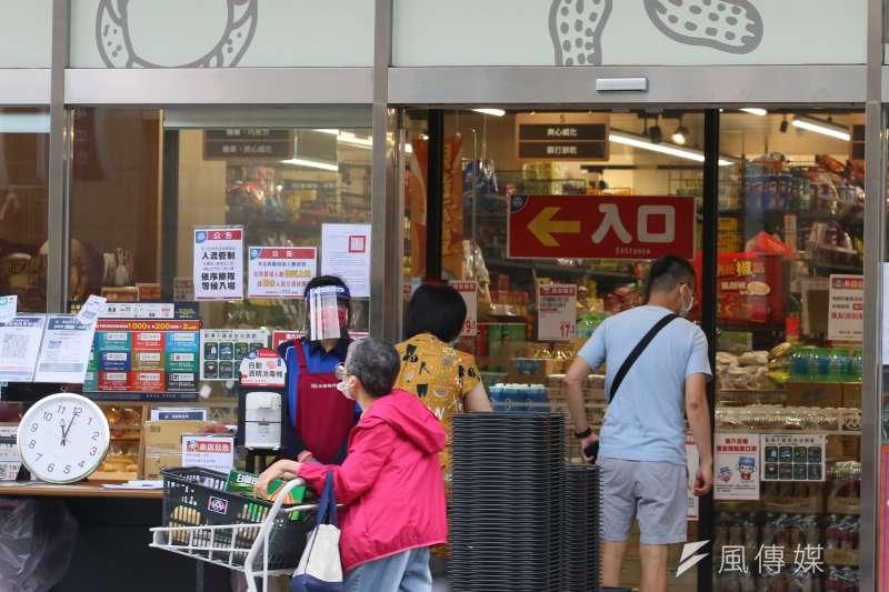 因應連假,新北市政府宣布賣場、超市及百貨等防疫控管再提升。示意圖,非關新聞個案。(資料照,柯承惠攝)