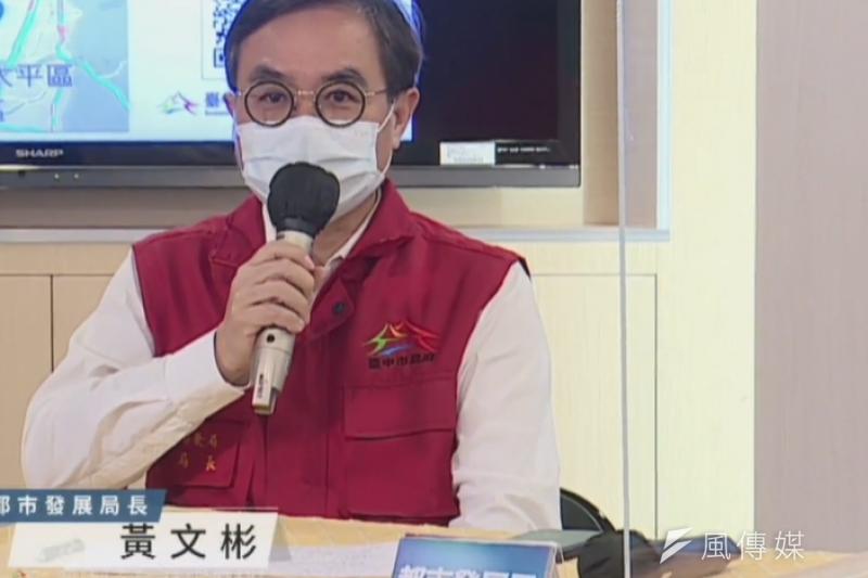台中市府都發局長黃文彬說明社宅減租金方案。(圖/王秀禾)