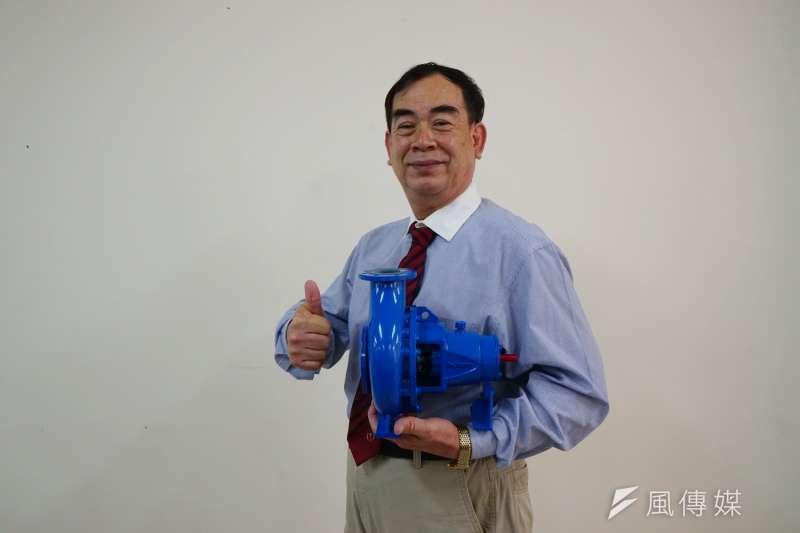 殷聖工程總經理吳漢明展示最得意的泵浦產品。(圖/王宣喬)