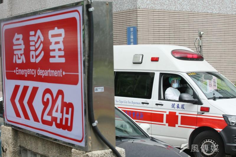 20210601-為避免院内感染風險,部立台北醫院在急診處外設立臨時等待區先行篩檢病患。圖為救護車送病患至急診室。(柯承惠攝)