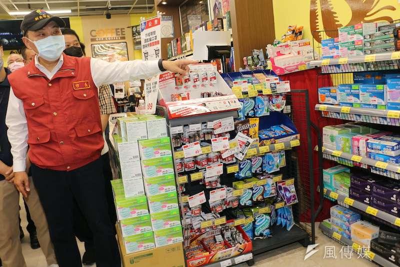 新北市長侯友宜表示,賣場要求每2.25平方公尺內以1人為上限,感謝民眾及業者配合市府防疫政策。(圖/李梅瑛攝)