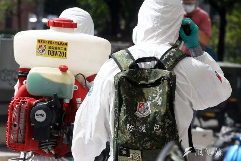 陸軍化學兵在各地清消時,不僅身著C級防護衣,身上還背著一個「防護包」。(蘇仲泓攝)