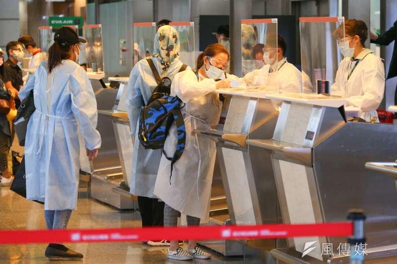 疫情再起下台灣主要航空公司-華航和長榮,推出賣空位的行銷,這事現在成了國際新聞。(示意圖,顏麟宇攝)