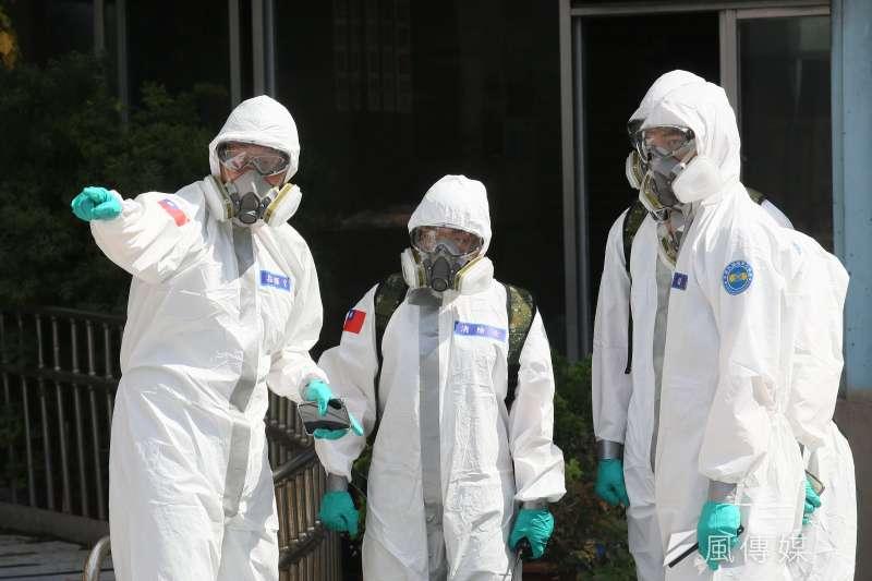 20210602-國軍33化學兵群2日在北市公有市場週邊區域與攤販集中場加強消毒防疫。(柯承惠攝)