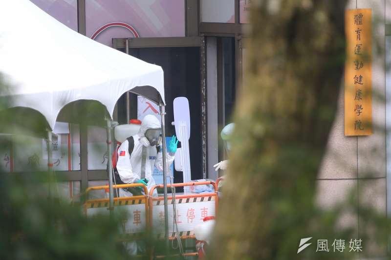 疫情爆發以來,發生多起大學染疫事件。圖為台北市政府於文化大學設立機動快篩站。(顏麟宇攝)